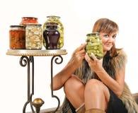 Femme heureuse avec les conserves au vinaigre faites maison photos libres de droits