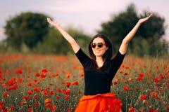 Femme heureuse avec les lunettes de soleil en forme de coeur appréciant la nature images libres de droits