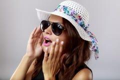Femme heureuse avec les verres blancs de chapeau et de soleil Photos libres de droits