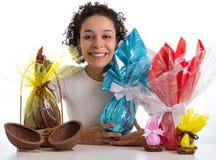 Femme heureuse avec sa collection d'oeufs de pâques de chocolat image stock