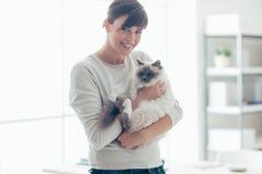 Femme heureuse avec son animal familier Images libres de droits