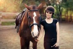 Femme heureuse avec son cheval Image libre de droits