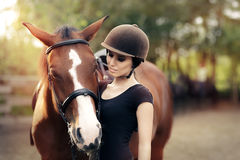 Femme heureuse avec son cheval Photo stock