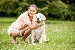 Femme heureuse avec son chien d'arrêt Photo stock