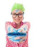 Femme heureuse avec un pinceau le tenant  Image libre de droits