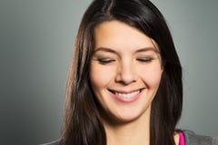 Femme heureuse avec un sourire de lancement Photographie stock libre de droits