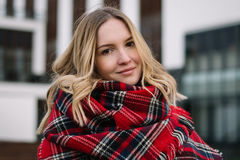 Femme heureuse avec une écharpe Automne Portrait d'automne de la belle fille Photographie stock
