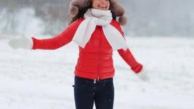 Femme heureuse ayant l'amusement dehors en hiver banque de vidéos
