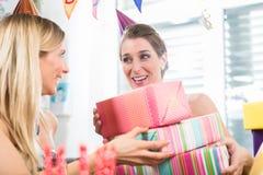 Femme heureuse ayant l'amusement tout en célébrant son anniversaire Image stock