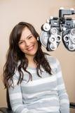 Femme heureuse ayant l'examen de la vue Photographie stock libre de droits