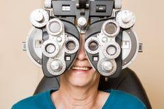 Femme heureuse ayant un essai d'oeil image libre de droits