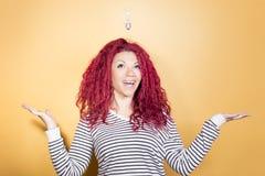 Femme heureuse ayant une idée brillante Photographie stock