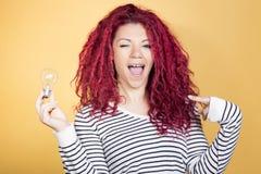 Femme heureuse ayant une idée brillante Photo stock