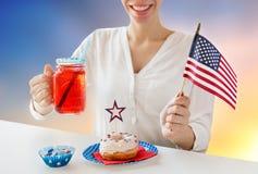 Femme heureuse célébrant le Jour de la Déclaration d'Indépendance américain Image stock