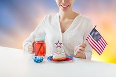 Femme heureuse célébrant le Jour de la Déclaration d'Indépendance américain Images stock