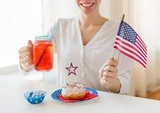 Femme heureuse célébrant le Jour de la Déclaration d'Indépendance américain Photos libres de droits