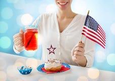 Femme heureuse célébrant le Jour de la Déclaration d'Indépendance américain Photographie stock libre de droits