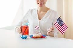Femme heureuse célébrant le Jour de la Déclaration d'Indépendance américain Photo stock