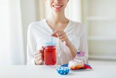 Femme heureuse célébrant le Jour de la Déclaration d'Indépendance américain Photo libre de droits