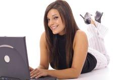 Femme heureuse contrôlant des email sur l'ordinateur portatif image stock