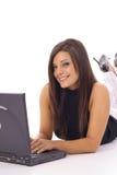 Femme heureuse contrôlant des email sur la verticale d'ordinateur portatif images libres de droits