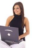 Femme heureuse contrôlant l'email sur l'angl de verticale d'ordinateur portatif Photographie stock libre de droits