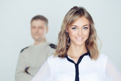 Femme heureuse contre l'homme brouillé photographie stock libre de droits