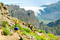 Femme heureuse courant en montagnes d'été photographie stock