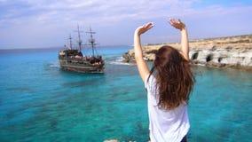 Femme heureuse dès l'arrivée de réjouissance de bord de la mer du bateau de navigation dans la baie banque de vidéos