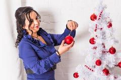 Femme heureuse décorant un arbre de Noël Photo stock