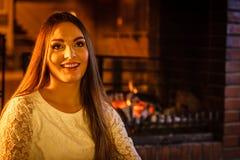 Femme heureuse détendant à la cheminée Maison d'hiver Photos stock