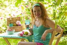 Femme heureuse détendant en maison de campagne et eau potable  Images stock