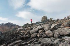 Femme heureuse détendant sur le dessus de la montagne photo stock