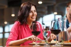 Femme heureuse dînant au restaurant Image libre de droits