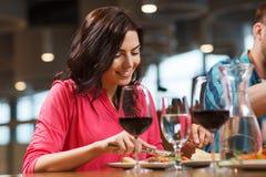 Femme heureuse dînant au restaurant Image stock