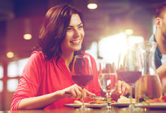 Femme heureuse dînant au restaurant Images stock