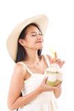 Femme heureuse d'été appréciant le jus frais de noix de coco Image stock