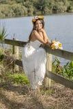 Femme heureuse d'été par un lac Images libres de droits