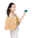 Femme heureuse d'achats avec le sac de papier et la carte de crédit Images libres de droits