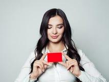 Femme heureuse d'affaires avec la carte vide rouge Sourire de jeune femme photo stock