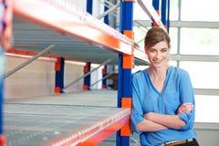 Femme heureuse d'affaires dans l'entrepôt Photographie stock