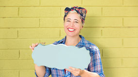 Femme heureuse d'affaires de hippie tenant un signe vide avec l'espace pour la copie photos stock