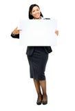 Femme heureuse d'affaires de métis se dirigeant à l'OIN vide de l'espace de copie Images libres de droits