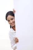 Femme heureuse d'affaires montrant l'enseigne vide image libre de droits