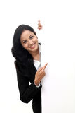 Femme heureuse d'affaires montrant l'enseigne vide images libres de droits