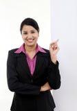 Femme heureuse d'affaires montrant l'enseigne vide images stock