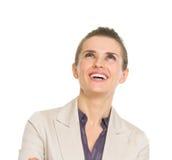 Femme heureuse d'affaires recherchant sur l'espace de copie Photographie stock