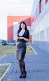 Femme heureuse d'affaires regardant le smartphone Images stock