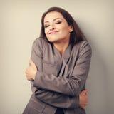 Femme heureuse d'affaires s'étreignant avec les yeux et le natura fermés Image stock