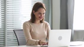 Femme heureuse d'affaires utilisant l'ordinateur communiquant la séance en ligne au bureau banque de vidéos